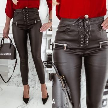 Czarne spodnie woskowane z wiązaniem