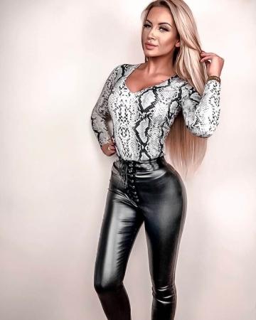 Czarne spodnie woskowane z elementami lateksu