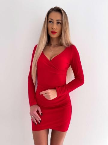 Czerwona brokatowa sukienka zakładany dekolt