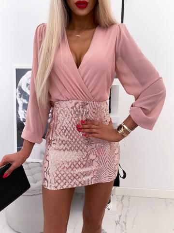 Różowa sukienka ozdobny dół