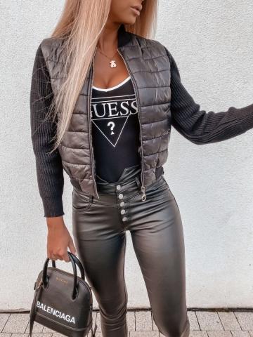 Czarna pikowana kurtka z materiałowymi rękawami
