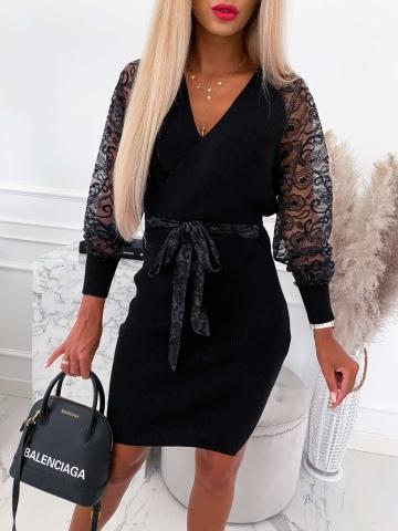 Czarna sukienka zakładana z koronkowymi rękawami