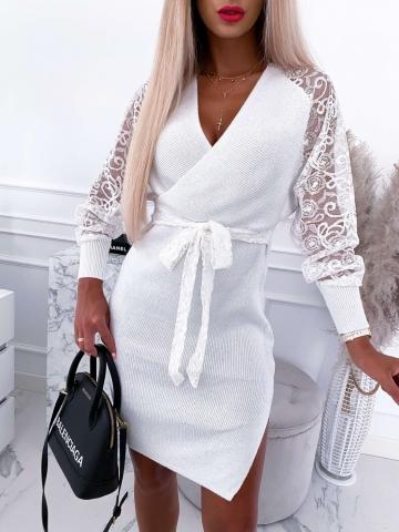Biała sukienka zakładana z koronkowymi rękawami