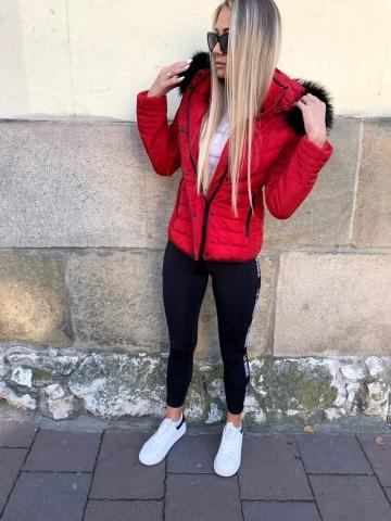 Czerwona kurtka z czarnym futerkiem
