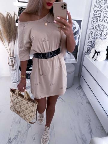 Beżowa sukienka napisy z grubym paskiem