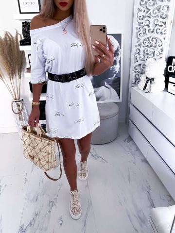 Biała sukienka napisy z grubym paskiem