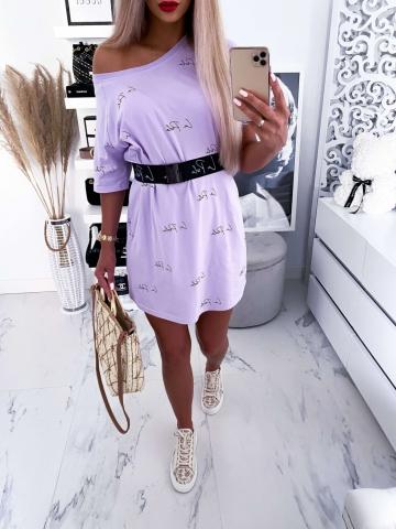 Liliowa sukienka napisy z grubym paskiem