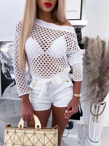 Biały ażurowy sweter z broszką
