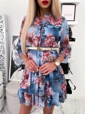 Niebieska sukienka w kwiaty z ozdobną falbanką i guzikami