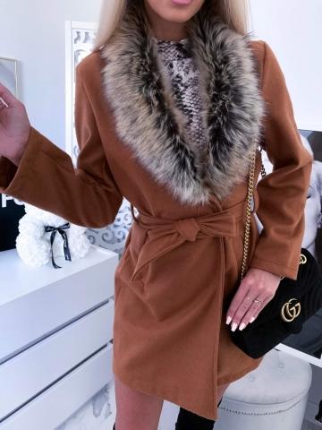 Karmelowy płaszcz z futerkiem