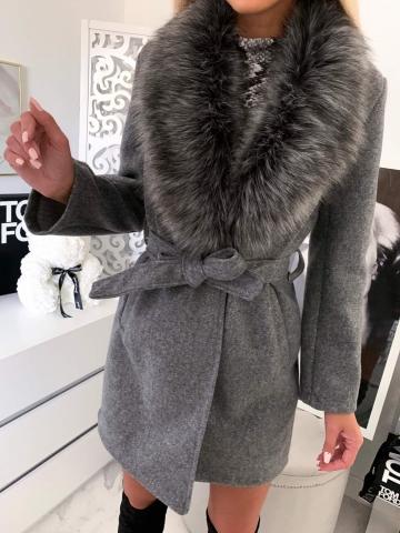Szary płaszcz z futerkiem