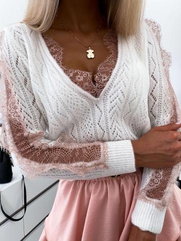 Ażurowy sweterek z różową koronką