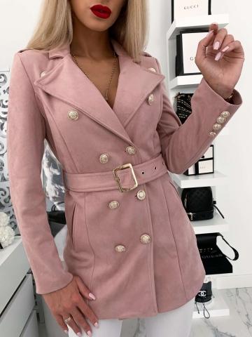 Różowy płaszcz z paskiem złote guziki