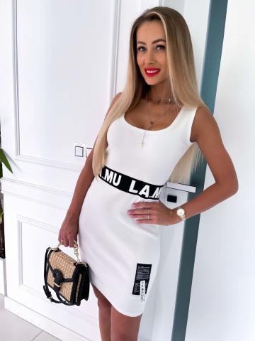 Biała dopasowana sukienka z czarnym napisem