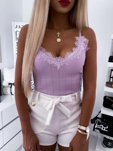 Bluzka na ramiączkach liliowa z ozdobną koronką