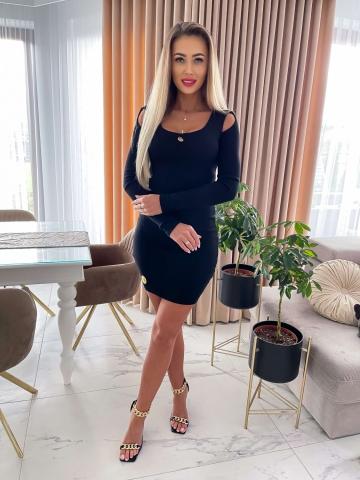 Czarna sweterkowa sukienka z wycięciami na ramionach