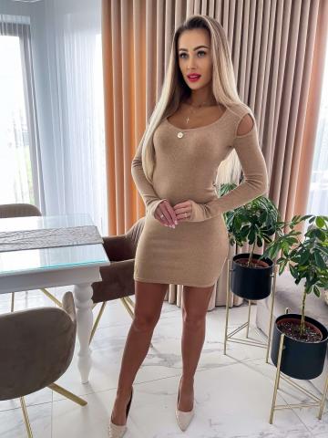 Beżowa sweterkowa sukienka z wycięciami na ramionach