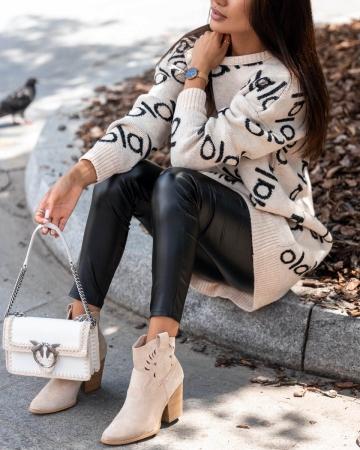 Długi beżowy sweterek z napisem olala