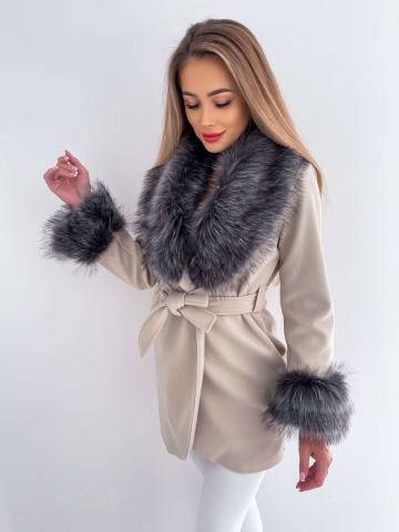 Beżowy płaszcz z szarym futerkiem
