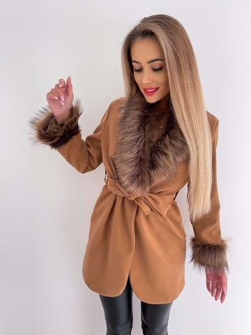 Karmelowy płaszcz z brązowym futerkiem