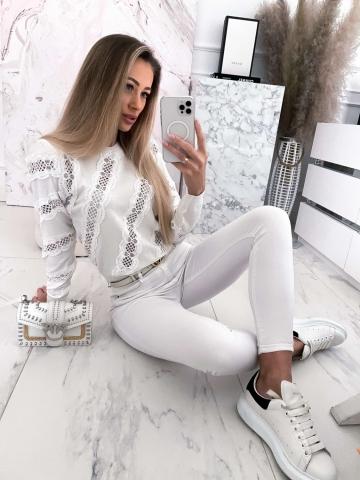 Biały sweter z koronkowymi wstawkami