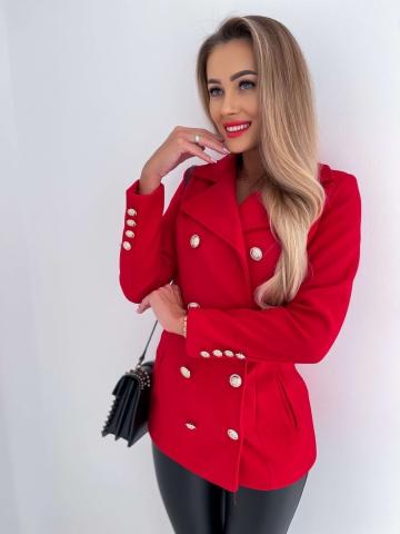 Czerwony płaszcz z ozdobnymi guzikami