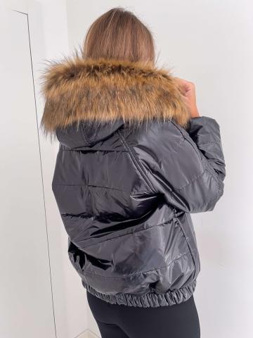 Czarna kurtka z kapturem i odpinanym futerkiem