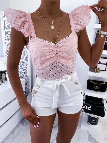 Różowa ażurowa bluzka z falbanką na ramionach