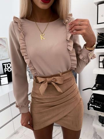 Beżowa elegancka koszula z falbankami i guzikami
