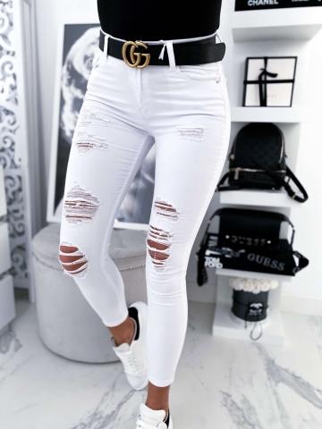 Białe spodnie rurki z przetarciami